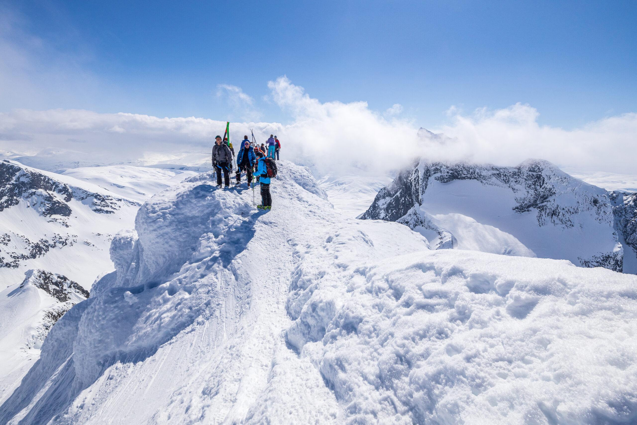 Det kan være folksomt på fine dager på toppen av Store Ringstind (2.124 moh).