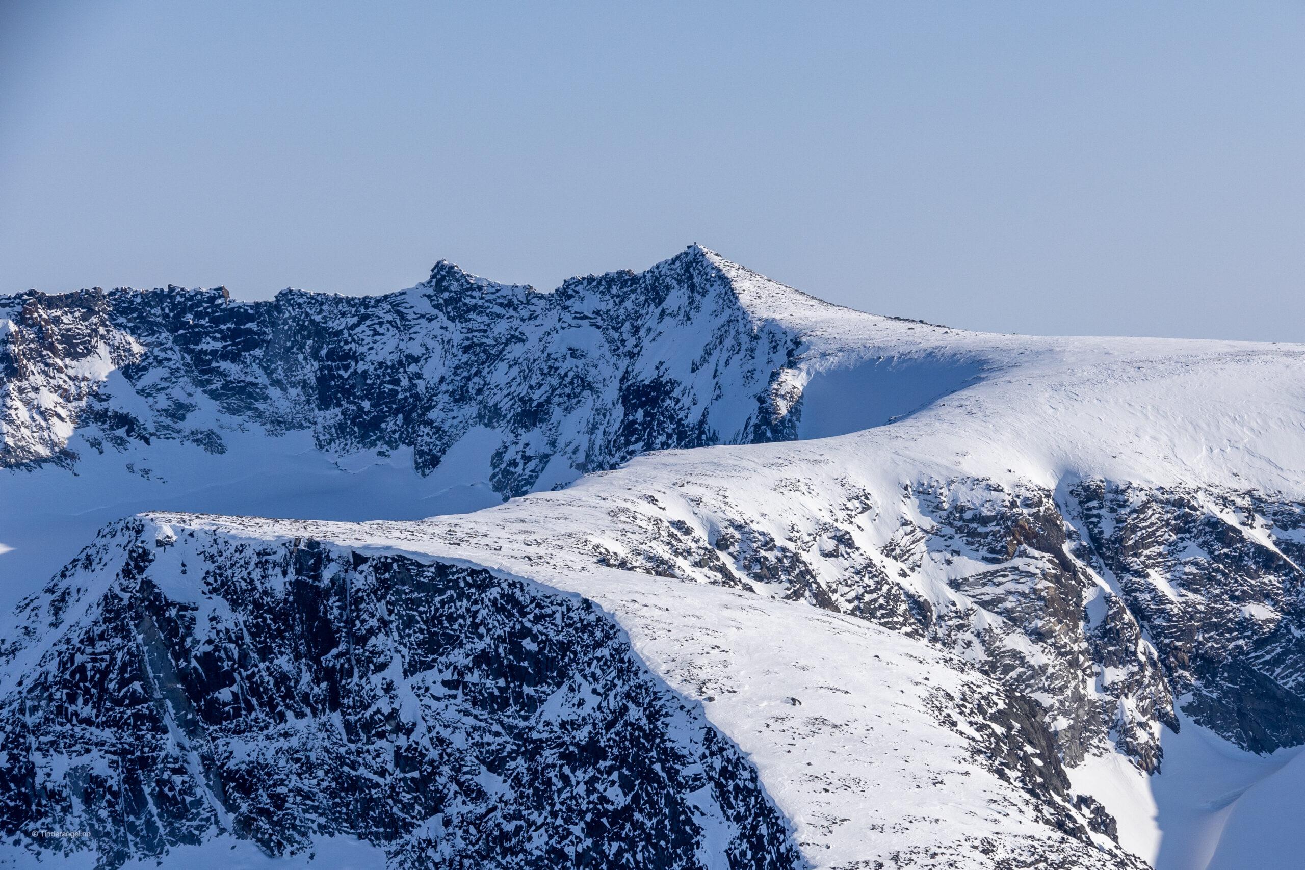 Store Memurutinden og nordryggen som strekker seg fra Veoskardet.