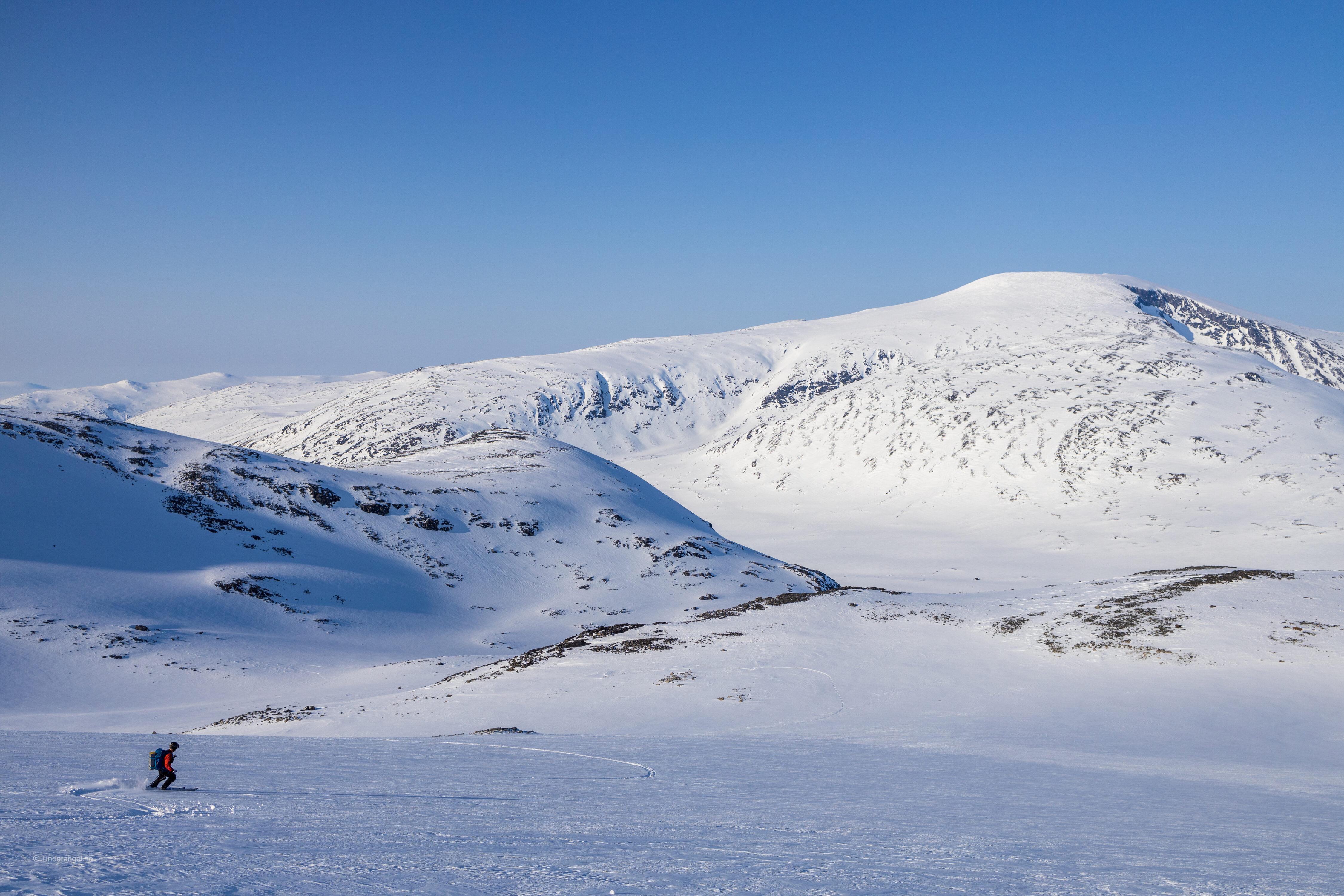 På ski ned fra Leirhøe mot Skautflye med Glittertinden i bakgrunnen.