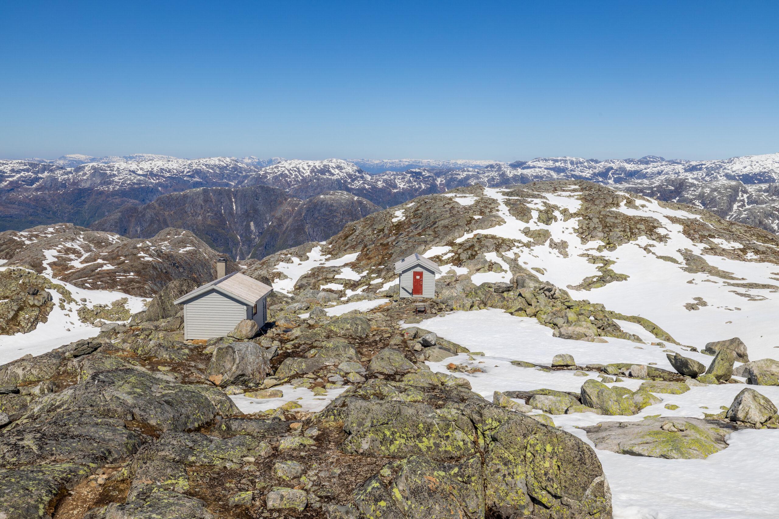 Turisthytten Breidablikk ligger på en hylle over Breidablikkbrea.