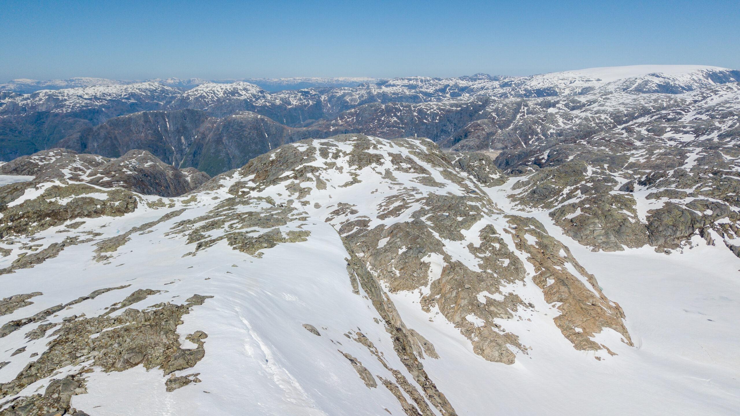 Breidablikk ligger på en fjellrygg som strekker seg ut fra Folgefonna.