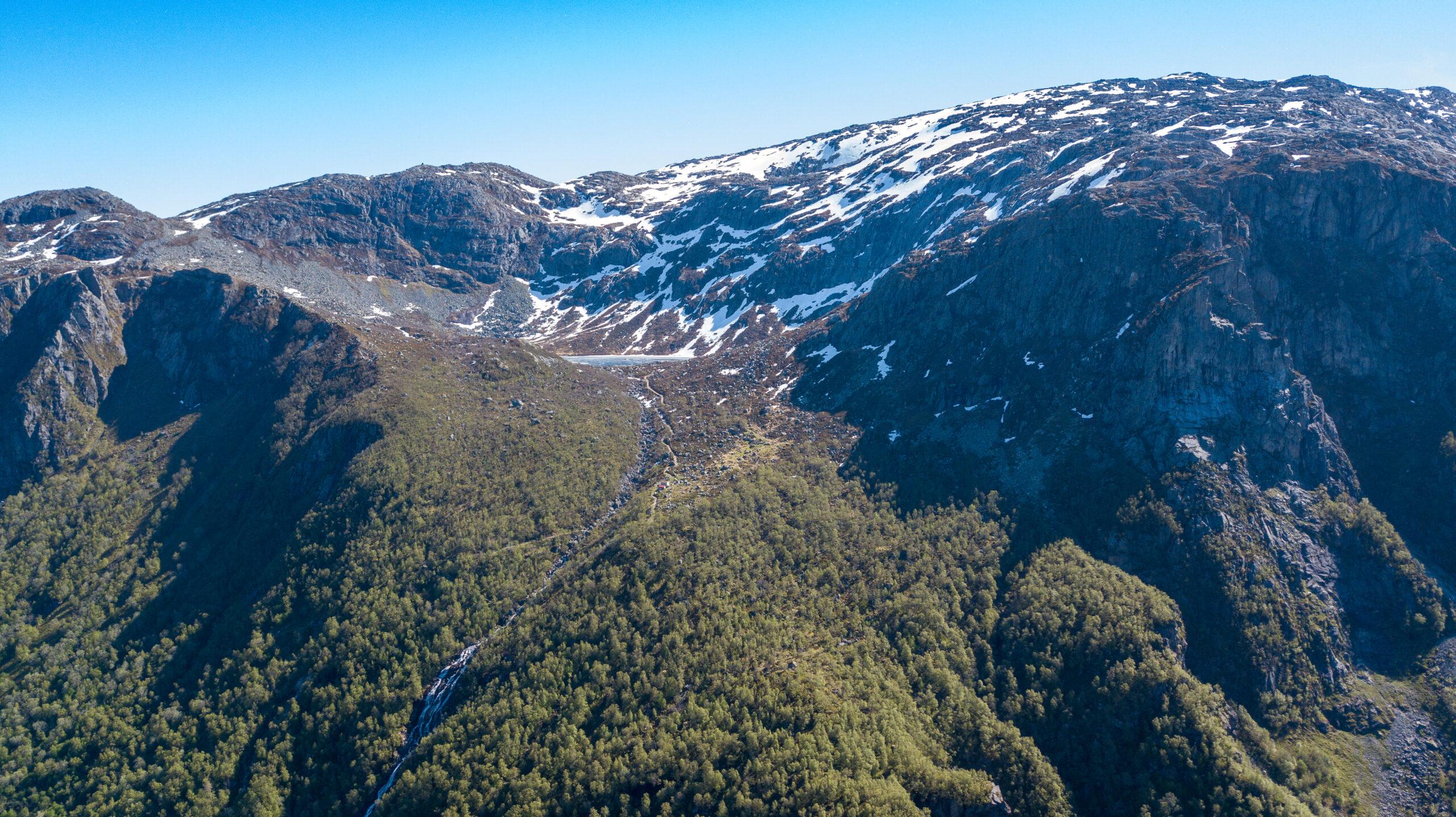 Turistveien til Folgefonna går svingete opp fjellsidene og forbi seteren Gardshammar midt i bildet.