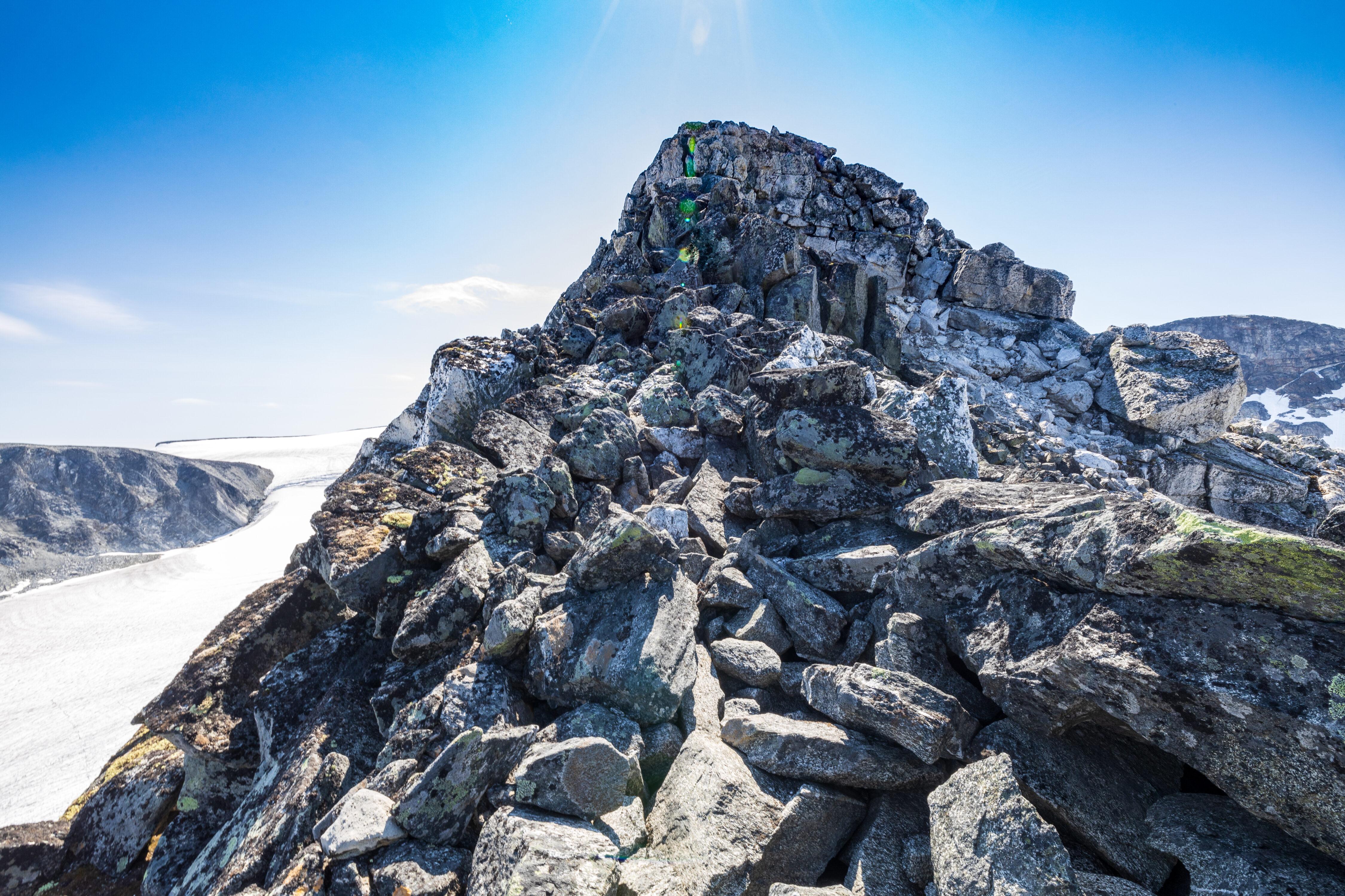 Et klyveparti like før toppen av Trollsetineggje omgås ved å holde mot vest.