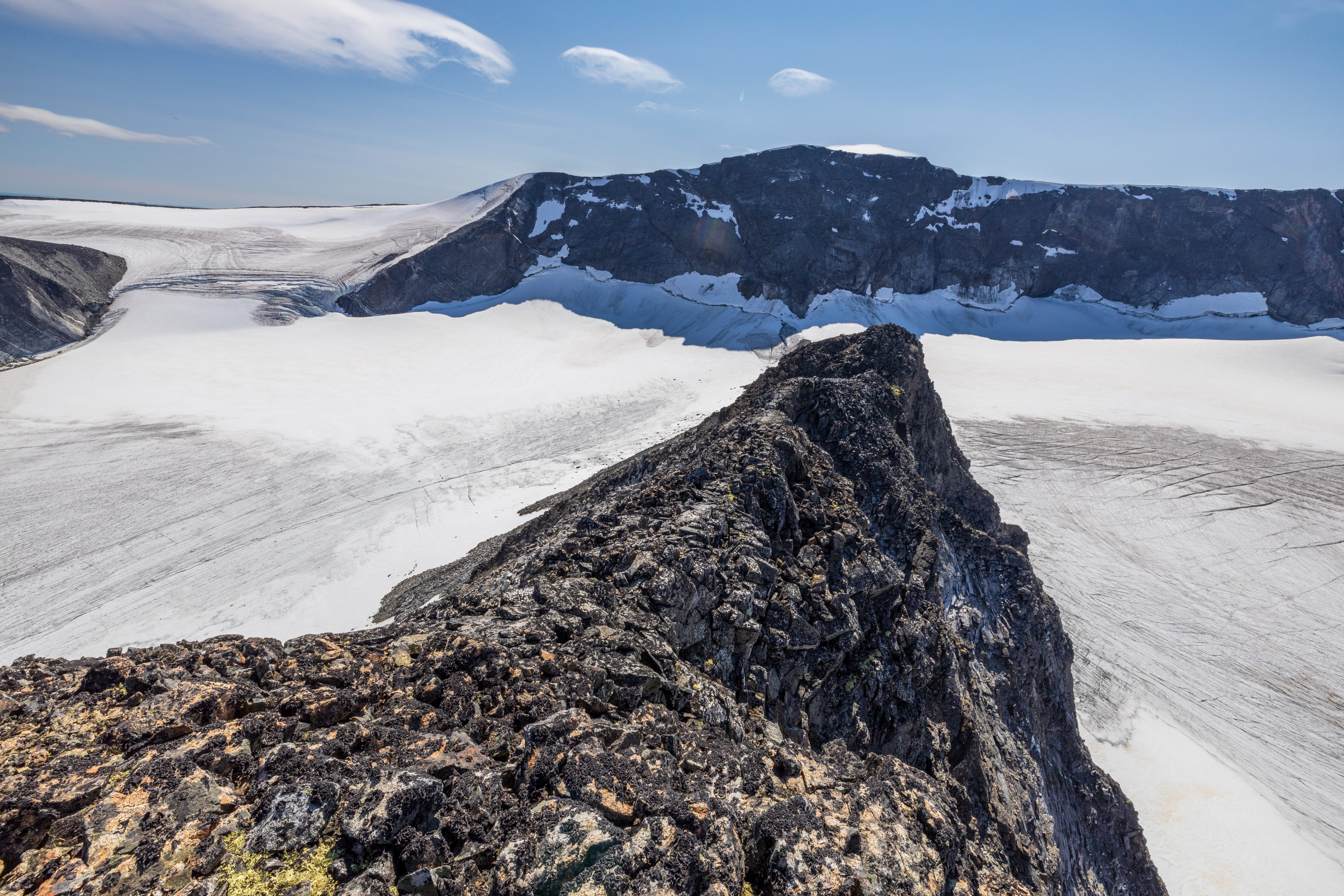 Ryggen sørover fra toppen av Trollsteineggje (2.300 moh).