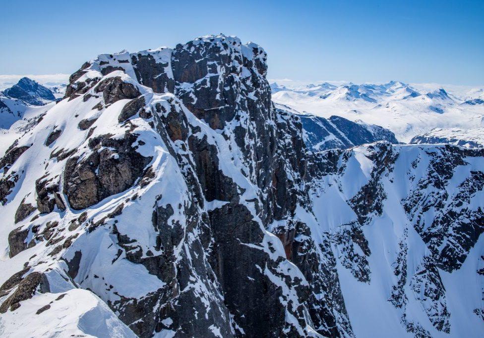 Toppen av Tjønnholstinden sett fra Steinsflytinden.