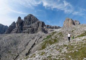 Turisthytten Refugio Cavazza al Pisciadù med Cima Pissadu (2.985 moh) bak.