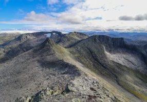 Utsikt fra toppen av Melderskin mot Bjørndalstindane og Folgefonna.