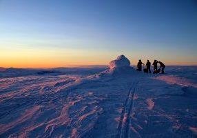 Øykjafonn (1.604 moh) i flott solnedgang. Toppen har fantastisk utsikt ut mot Voss gjennom Raundalen med omliggende topper.