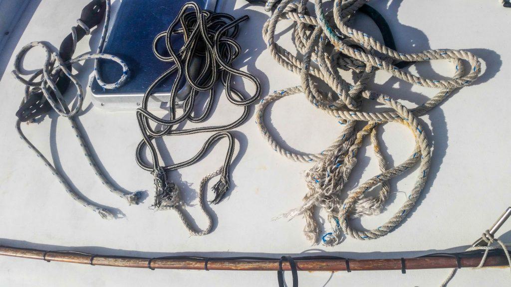 Zerissene Seile nach Hafennacht in Cefalu auf dem Deck des segelboots Tine