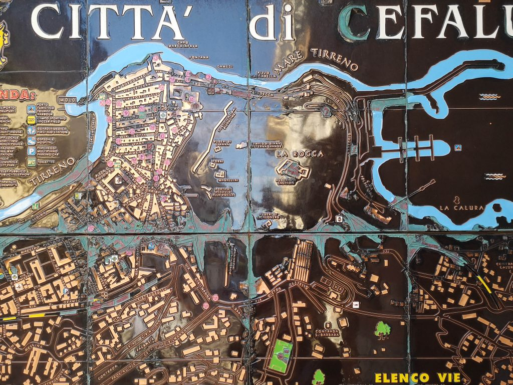 Antiker Stadtplan in der Altstadt von cefalu aus metall