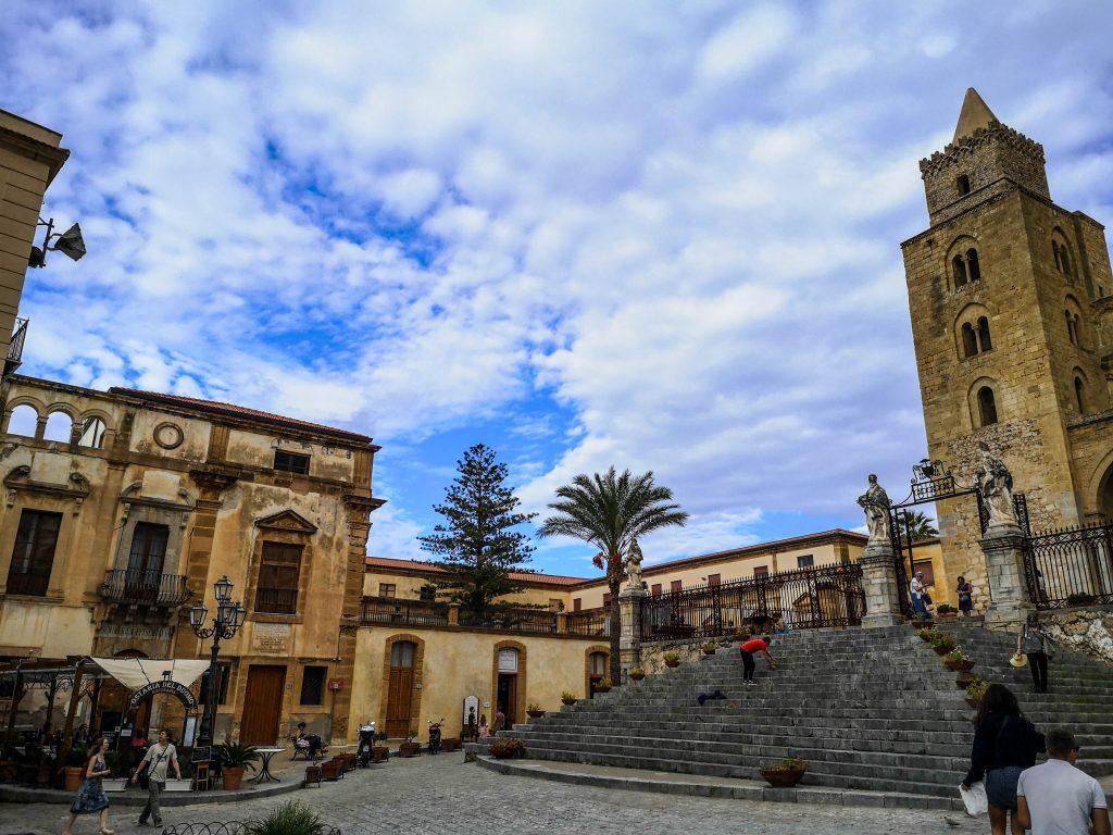 Großer Platz cefalu vor dem Dom santissimo salvatore in Cefalu