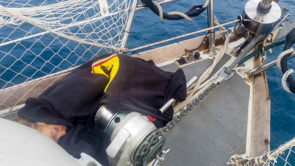 Schlafendes Kind auf dem Bug des Segelbootes