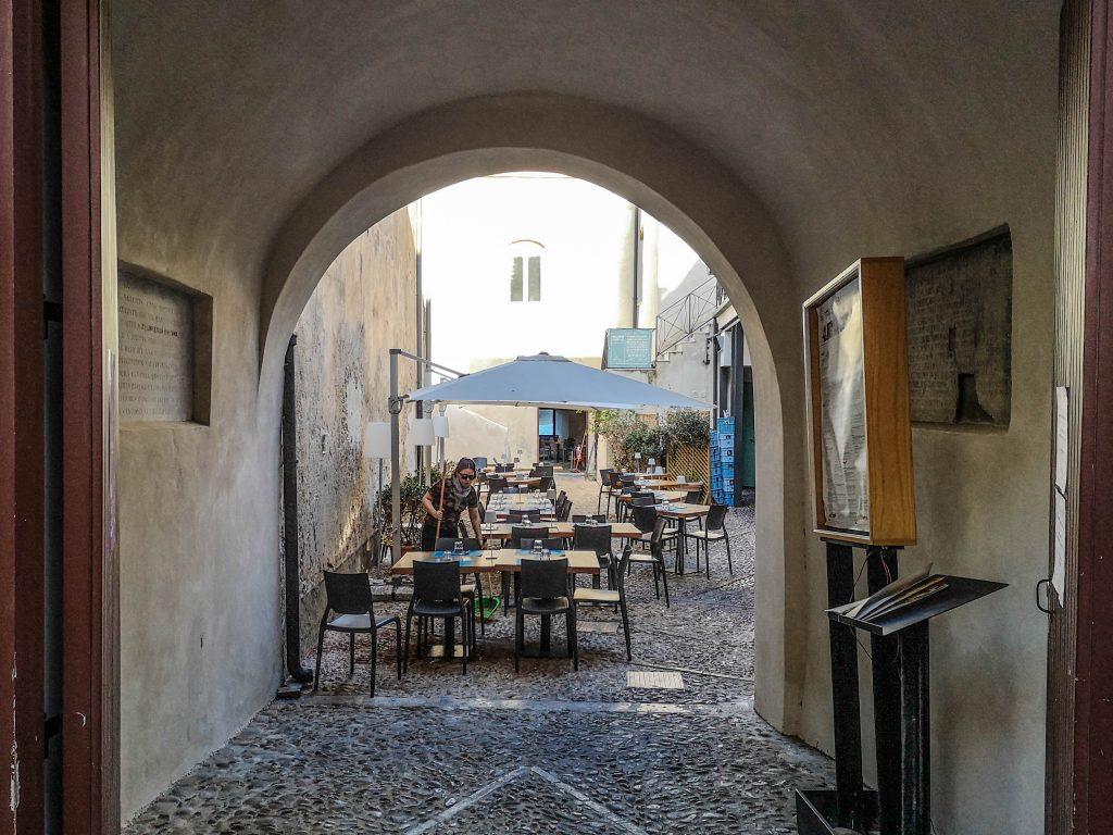 Setengassen Restaurant in cefalu. Schön hergerichtete Tische in mediterraner atmosphäre