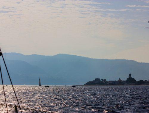 Segeln durch die Straße-von-Messina