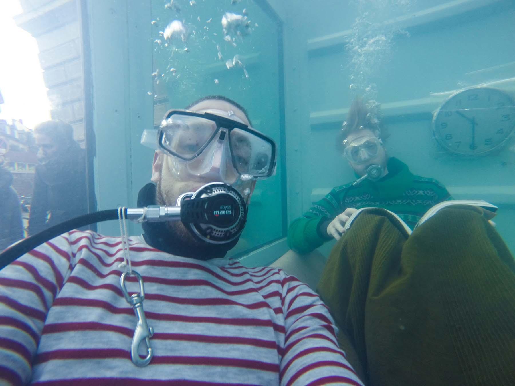 Unterwasserlebensentwurf, underwater-selfie inside the watertank, 2018