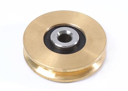 Gelagerde messing kabelschijf met een diameter van 50 mm en met een asdiameter vam 8 mm, ook is deze kabelschijf verkrijgbaar met stalen ophangbeugel