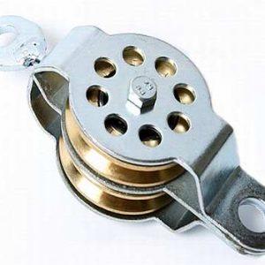 gelagerde katrol met twee messing kabelschijven, katrol is voorzien van vast en een draaioog