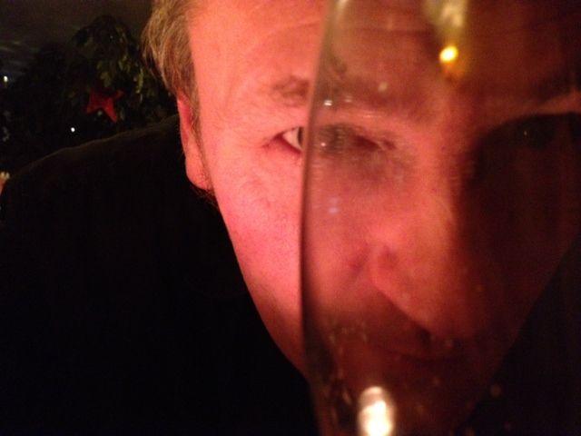 Singer-Songwriter Torsten Q schaut besoffen durch ein Bierglas.
