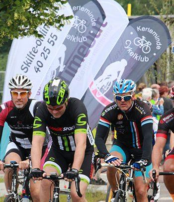 Annoncer med et flag i målområdet til Tour-Re-Tour
