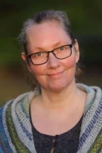 Helle Cleo Borrowman er arkitekt MAA og formand for Landsforeningen Spor. Helles egne erfaringer fra opvæksten i en dysfunktionel familie, hvor hun bl.a. var udsat for seksuelle overgreb, og de alvorlige konsekvenser det har haft i hendes voksenliv, er i dag drivkraften bag hendes engagement i arbejdet for bedre vilkår for voksne med senfølger af seksuelle overgreb i barndommen og ungdommen.