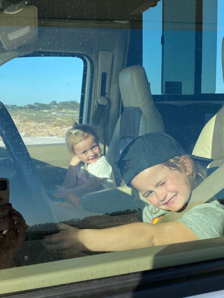 2 kleine meisjes aan het stuur van de camper