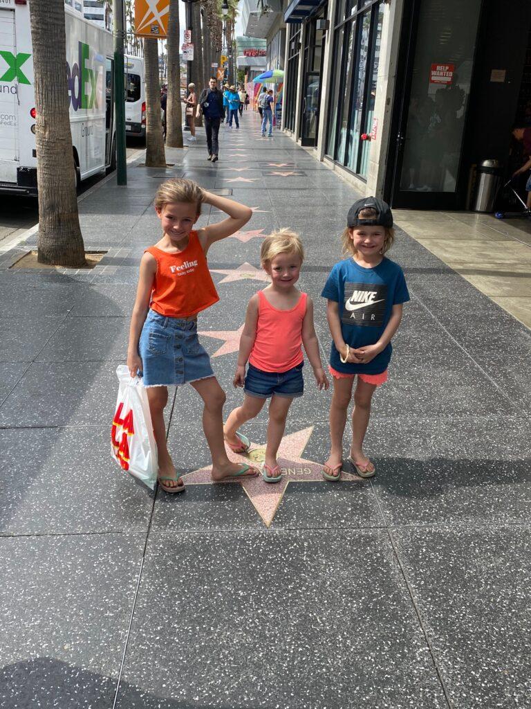 3 meisjes poseren op de walk of fame