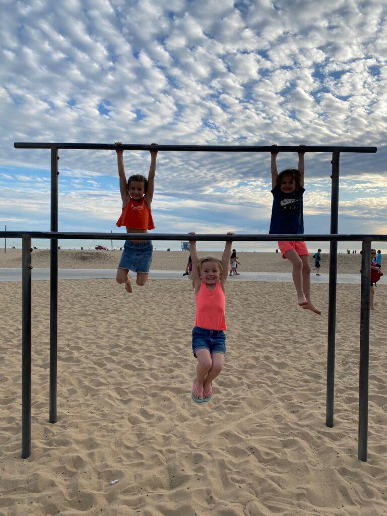 meisjes hangend aan sportbars op muscle beach Santa Monica