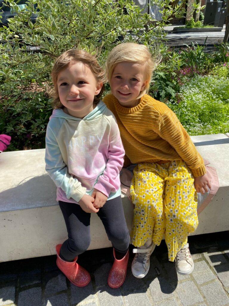 2 meisjes stripmuren route Antwerpen