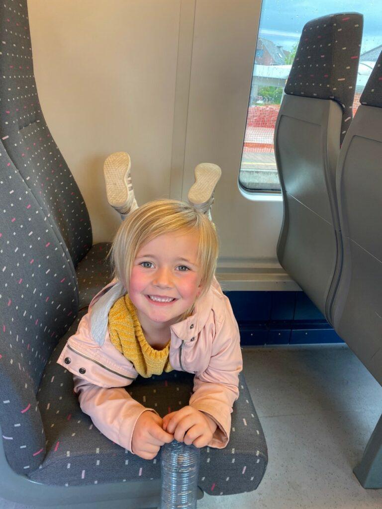 Meisje op de trein naar Antwerpen