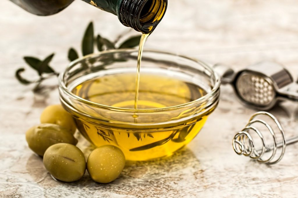 How to open jammed drawers? Use olive oil!