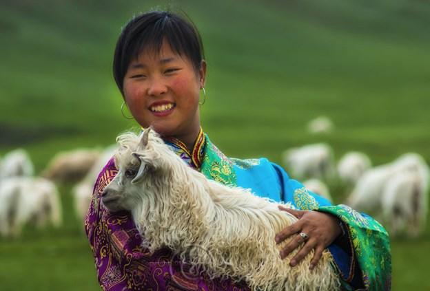 Tibet-pashmina-goat-girl-costume-smug