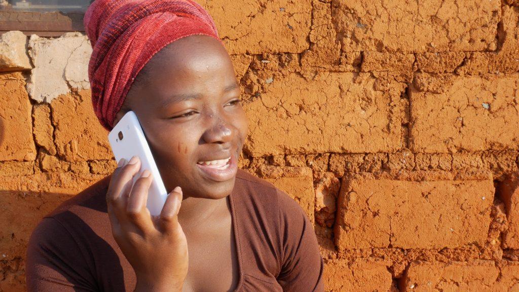 umukobwa uri kuvuga kuri telephone