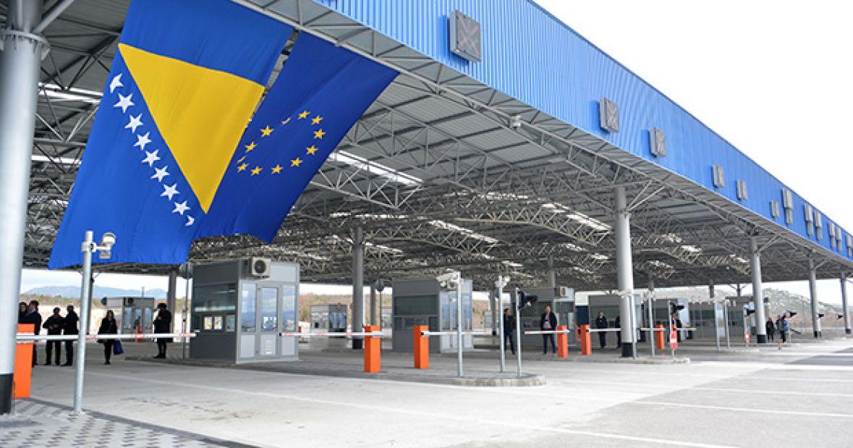 Za turiste iz Srbije na granici s Hrvatskom vrijede sasvim drugačija pravila od onih iz BiH: 'Ovo je diskriminacija!'