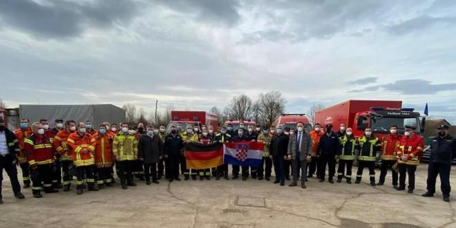 MLADI GRADONAČELNIK IZ NJEMAČKE DOVEZAO HUMANITARNU POMOĆ U GLINU: Konvoj od 22 vozila je dočekao državni tajnik Zdenko Lucić