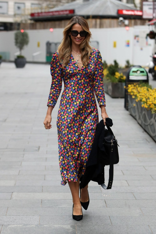 Ako mislite da cvjetne haljine nisu za vas, razuvjerit će vas stajling ove lijepe plavuše