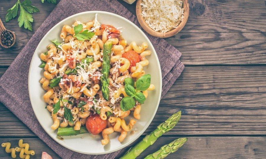 Gotovo u tren oka: Recept za tjesteninu sa šparogama, u kremastom umaku od rajčica