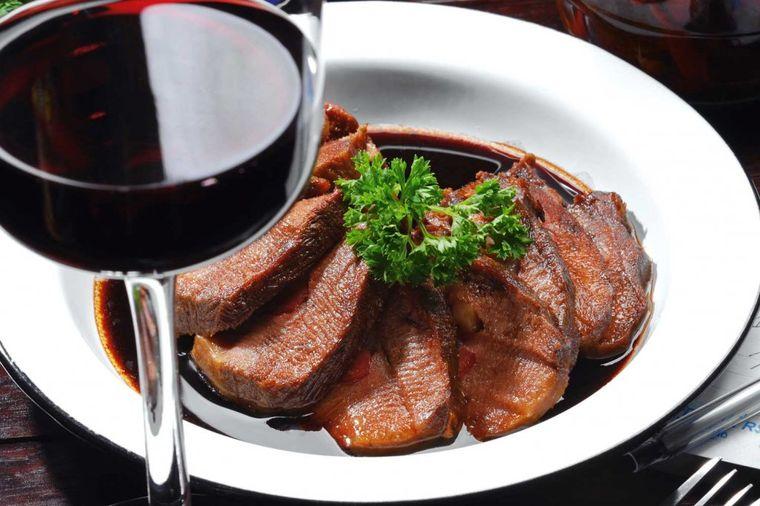 JUNETINA S VINOM: Ukusan kraljevski objed s mesom koje neće biti žilavo