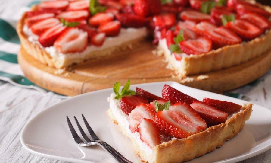 Recept za jednostavan i predivan kolač s jagodama koji će vas osvježiti