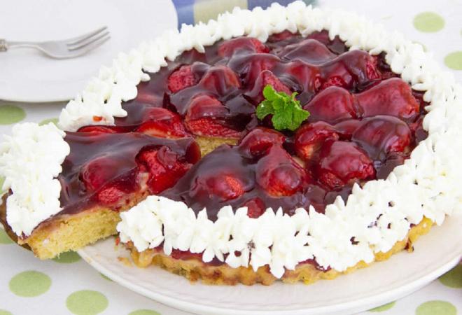 SOČNA I BRZA TORTA OD JAGODA KOJA SE NE PEČE: Svi će od vas tražiti recept!