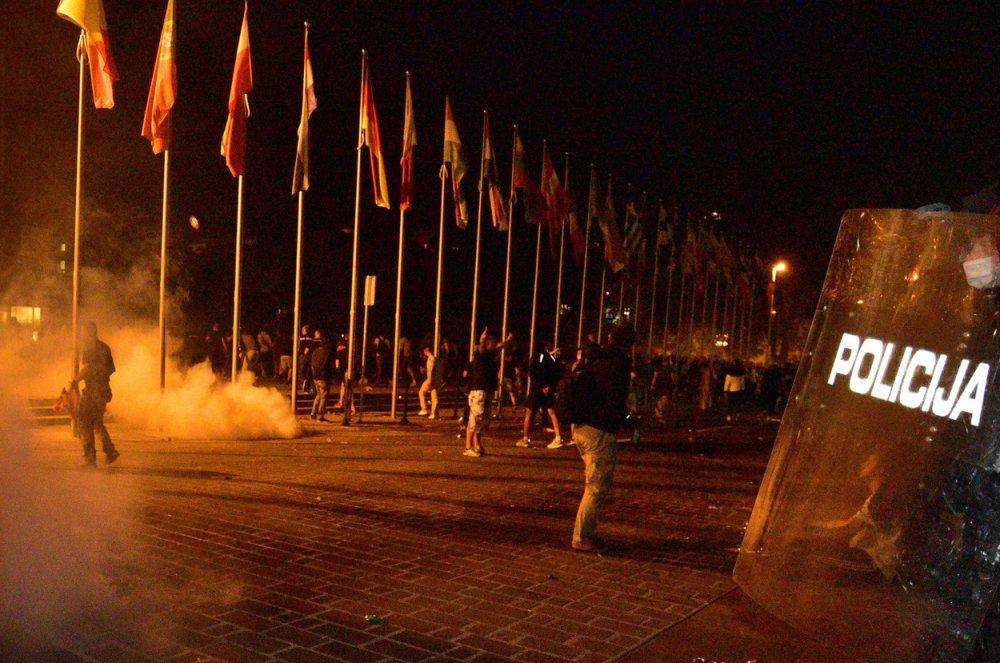Kaos u Ljubljani: Prosvjednici bacali baklje na parlament, policija odgovorila suzavcem i vodenim topom