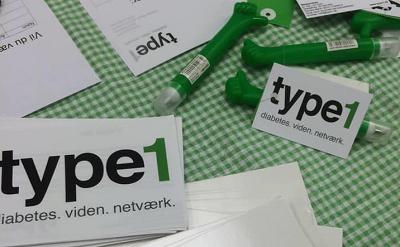 Billede af bord med kuglepenne og brevpapir fra type1