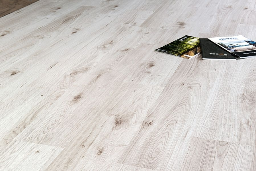 Kronotex D3516 Millenium Oak white 8mm Brede Plank