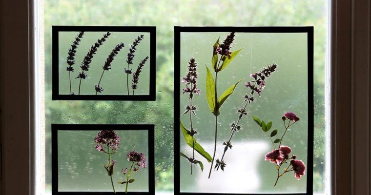 Zarte Fensterdeko mit Blumen