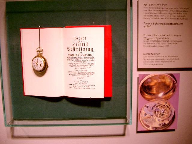 """Urverk av Per Printz (1743-1820). Han var s.k. """"frimästare"""" som blev drottning Lovisa Ulrikas hovurmakare. Han författade boken om vägg- och fickur 1769. Urverket är ett förgyllt fickur med sköldpaddsboett."""