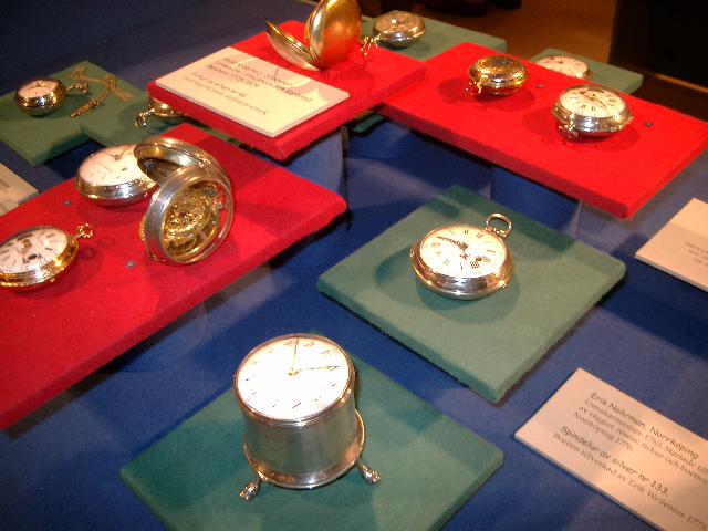 Nederst: Runt bordsur med verk av mässing och fodral av silver, stämplat 1791. A. Fredrik Bjurman (1743-1812)