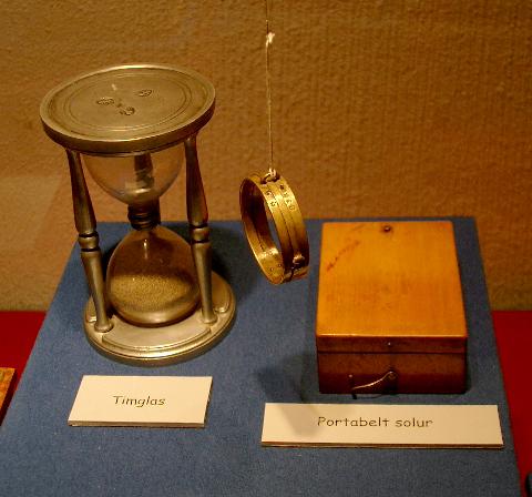 Timglas, solring från 1800-talets början samt portabelt solur.
