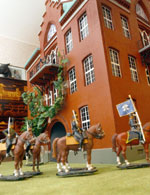 Hästparaden med löjtnant, banerförare och fyra manskap går på parad runt byggnaden.