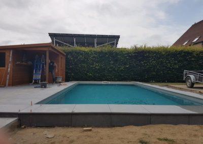 Boord rond zwembad en terras in keramische tegels.