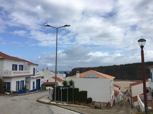 Foto av en liten by vid havet