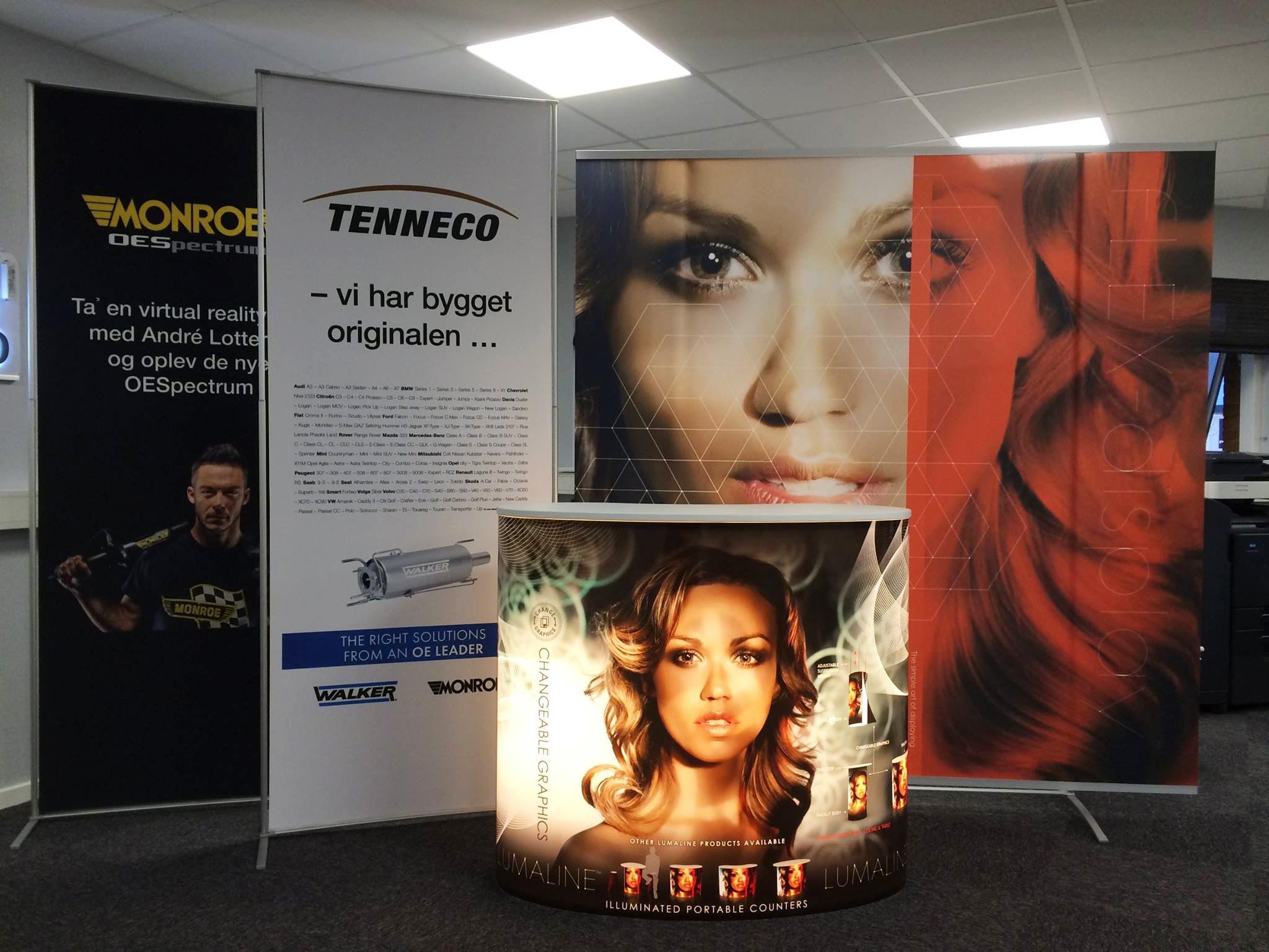 Et udstillingssystem printet i stort format med forskellige farver i høj kvalitet